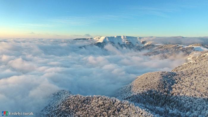 A Boga-völgyet felhő takarja, háttérben a Vigyázó-hegységhez tartozó Nagy-Havas