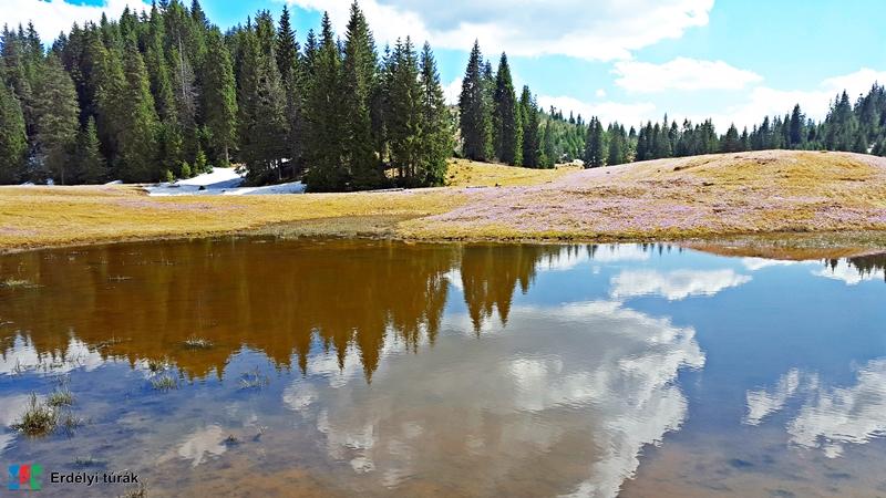 A Pádis fennsíkon tavasszal megtelnek a dolinák a hóolvadás miatt.