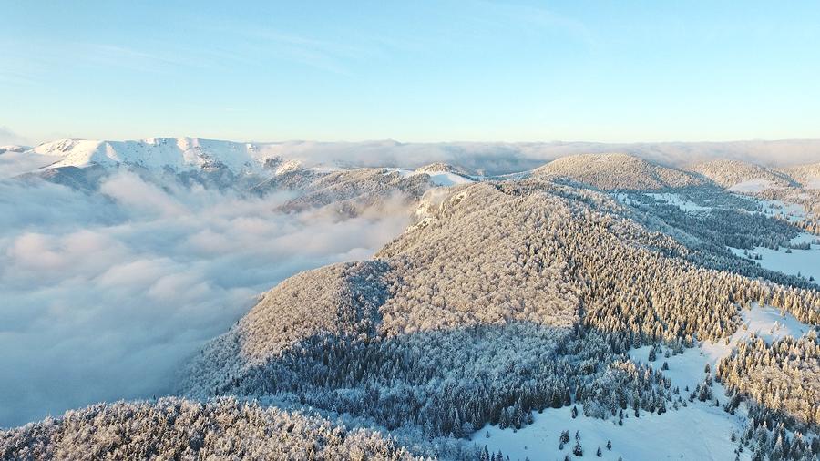 A kép bal oldalán fölül jól látszik a Nagy-havas, attól jobbra lejjebb a Varasó-havas és még lejjebb a Boga-kő kilátó. A fotó jobb oldalán felsejlik a Varasó-rét.