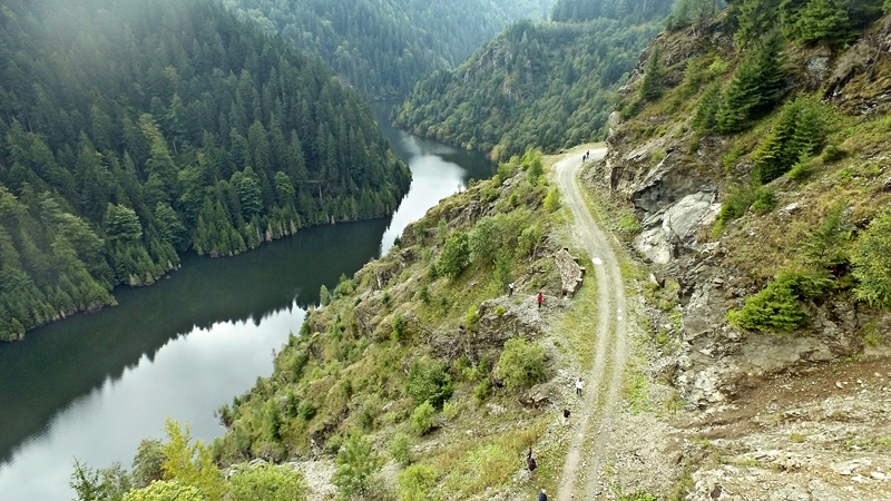 Úgy 100 méter magasan fut az út a víztározó fölött