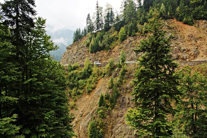 A kisbuszunk eltörpül a sziklák mellett