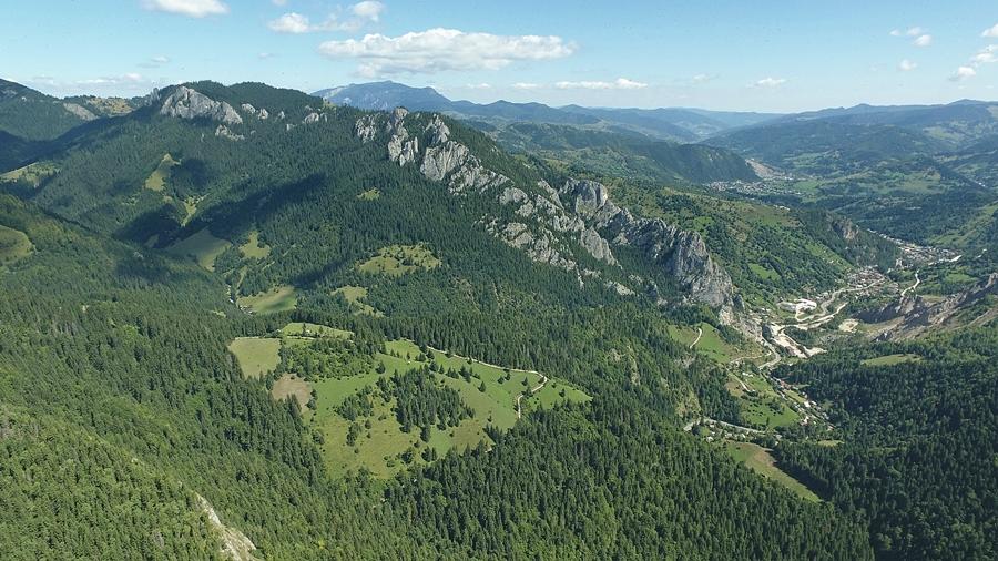 A felső fotón jól látszik a Bernádtelep felé vezető út és a Súgó-völgy, amiket szikla csipkék fognak közre. A háttérben pedig feltűnik Almásmező faluja.
